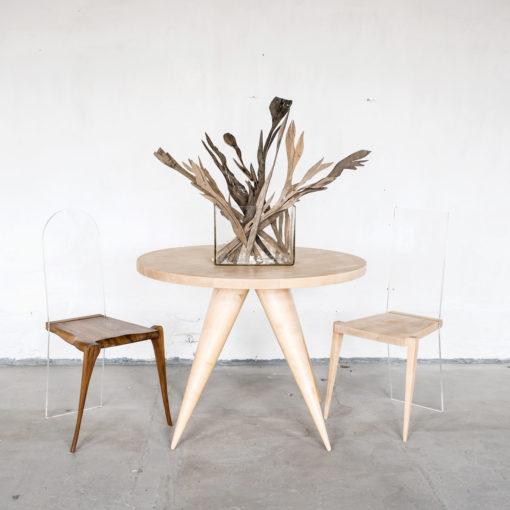 Stuhl KALLISTUS, Stuhl FIDELIS, Tisch MARIKEN und Holzblumen TALIA, JK. Designermöbel