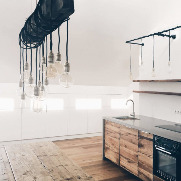 Altholz und Beton in einer Berliner Dachgeschossküche